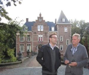 Wim Delvoye en professor Hendrik Hendrickx, voor kasteel 'de Bueren'