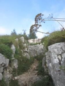 loopgraven op de top van Monte Cengio